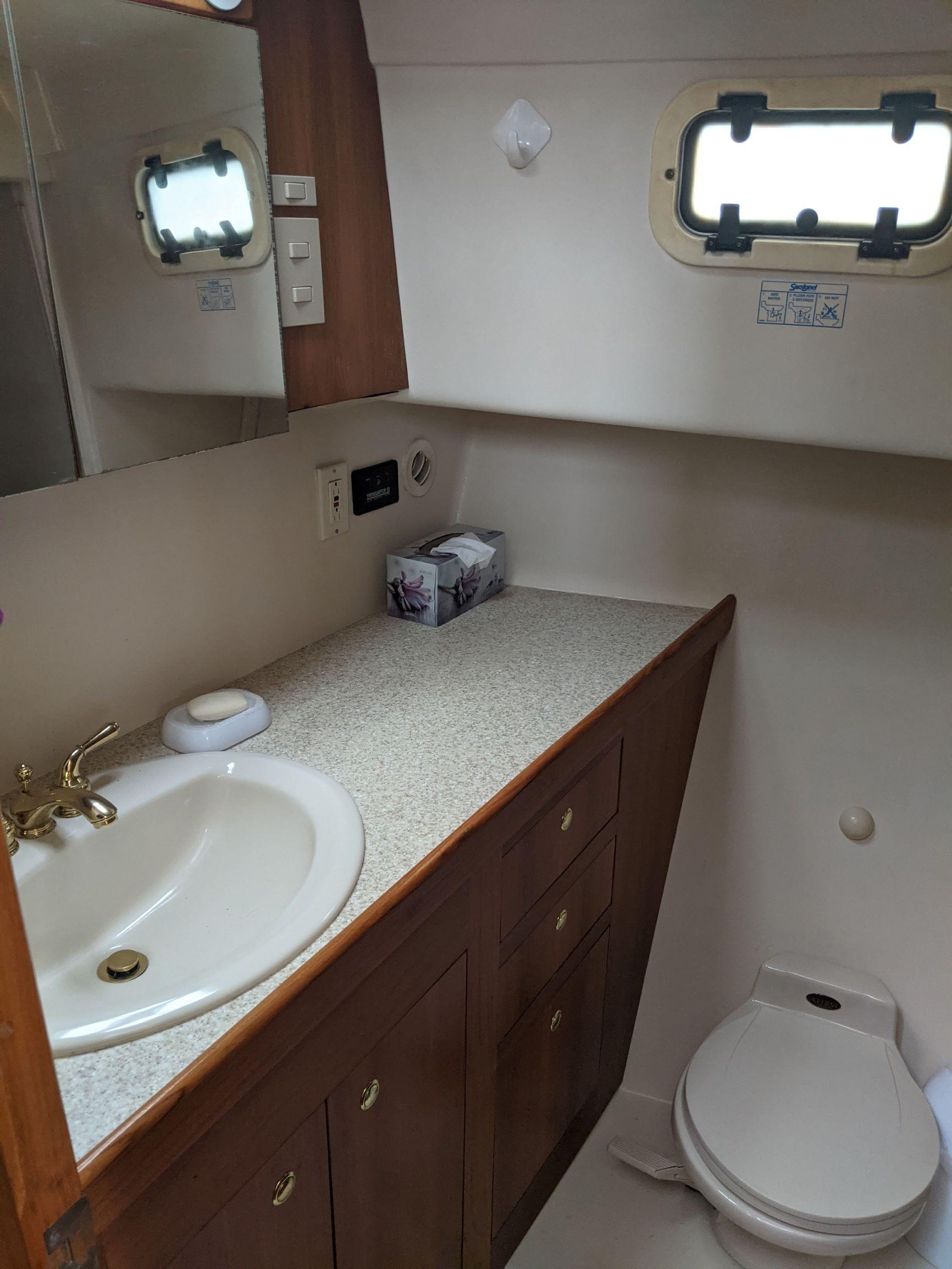 Mainship 430-Fwd head.jpg