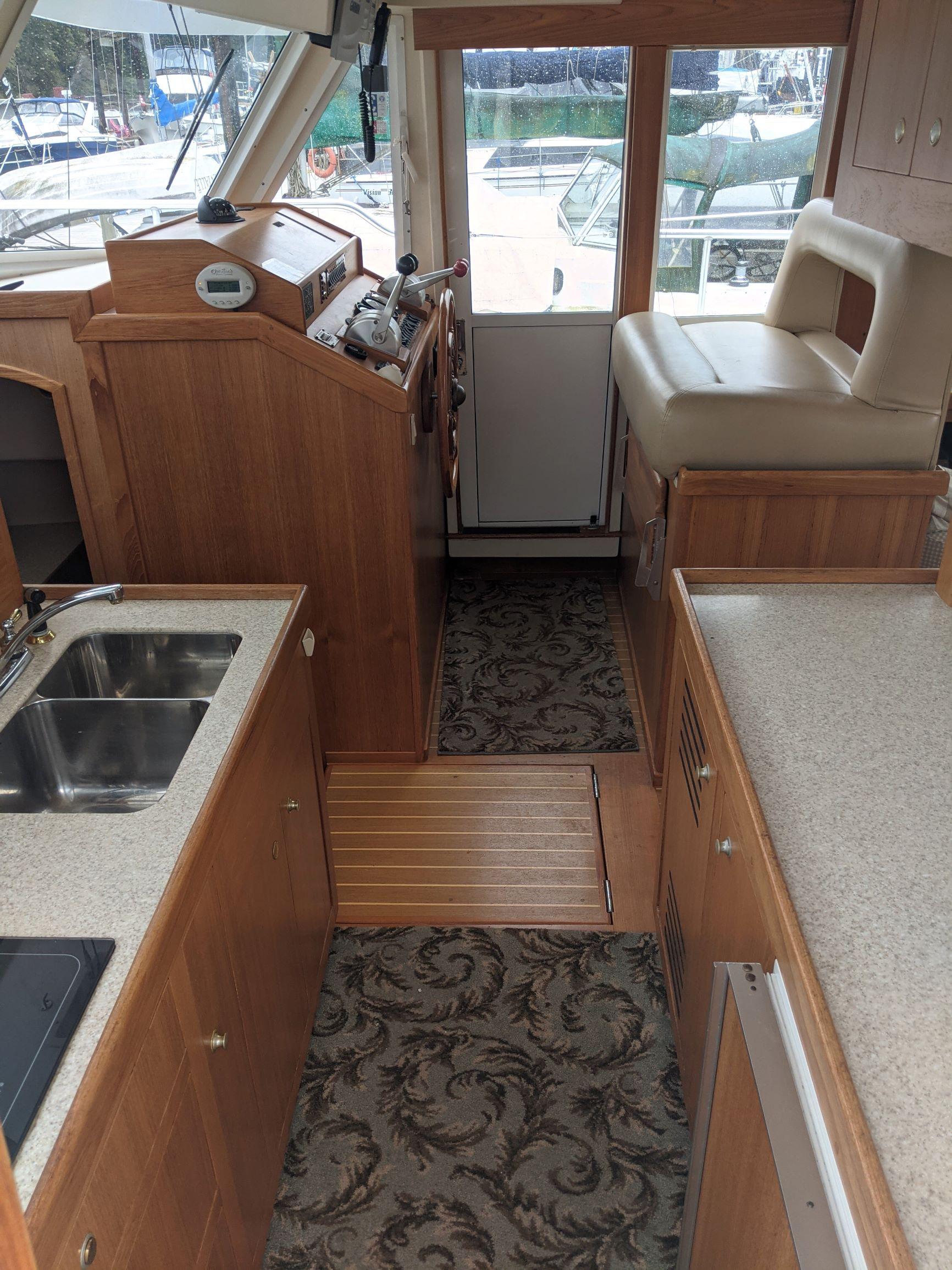 Mainship 430-Galley 2.jpg