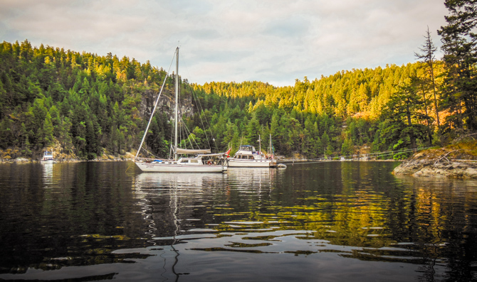 The most protected and favorite places to anchor are on the northern shore.